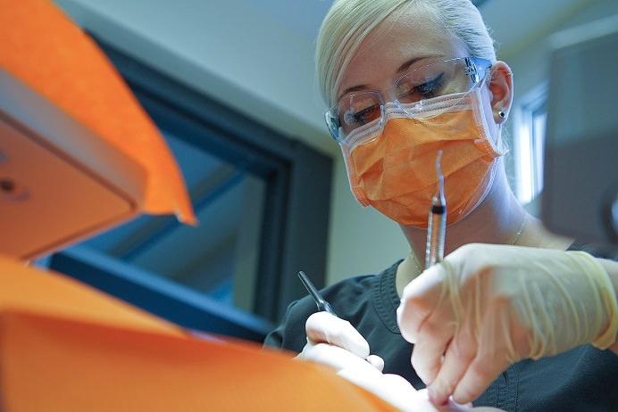 Meine Dentalhygienikerin, sein Kampf und meinZahn